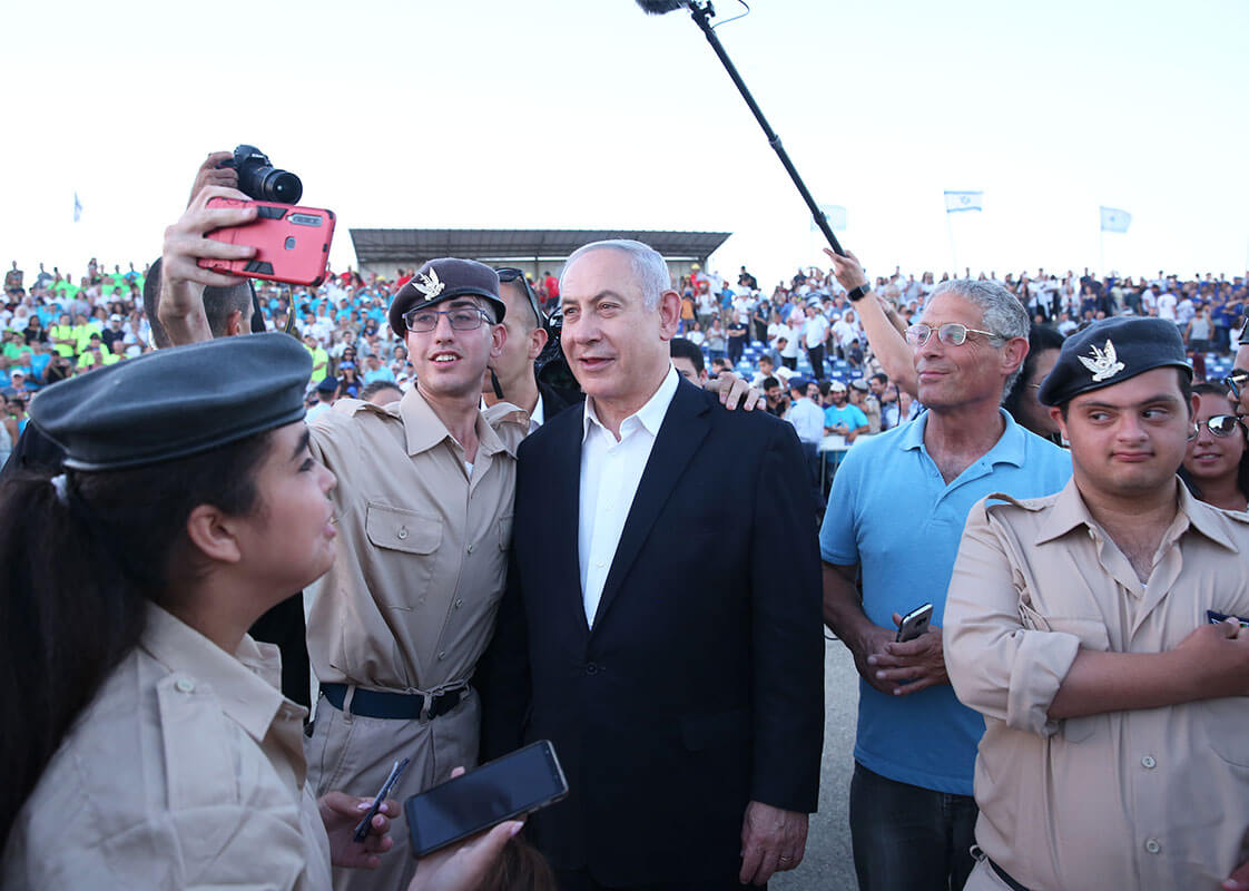 Prime Minister Benjamin Netanyahu With soldiers of specialinuniform